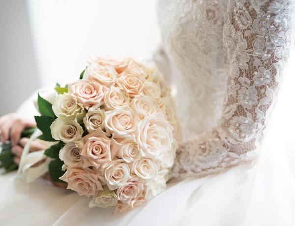 花嫁がブーケを持っているシーン