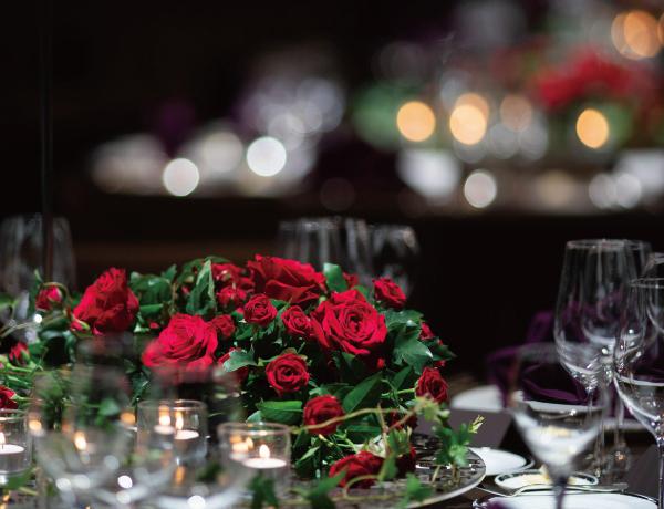 ダイニングテーブルに並ぶ薔薇