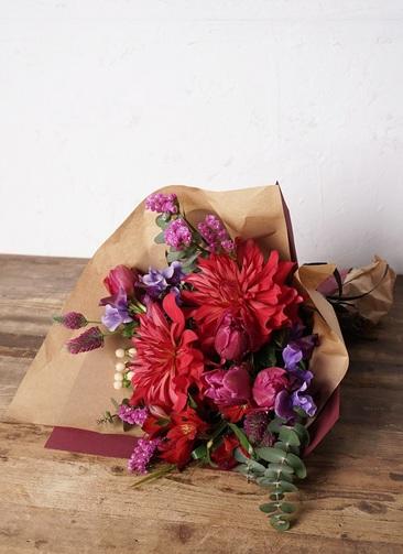花束 お任せ 【季節の花:春】 チューリップ メインのおまかせ花束(赤ピンク系) Mサイズ