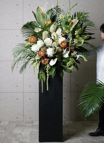【東京・大阪圏のみ】 白系 フローリストにお任せ 季節のお祝いスタンド花 30,000円 スクエアタイプ
