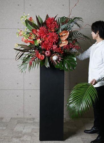 【東京・大阪圏のみ】 赤系 フローリストにお任せ 季節のお祝いスタンド花 20,000円 スクエアタイプ