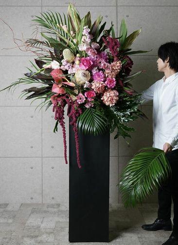 【東京・大阪圏のみ】 ピンク系 フローリストにお任せ 季節のお祝いスタンド花 30,000円 スクエアタイプ