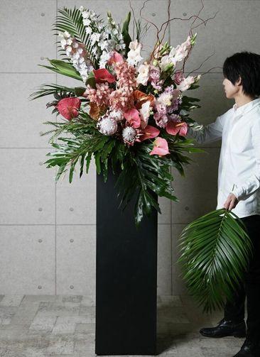 【東京・大阪圏のみ】 ピンク系 フローリストにお任せ 季節のお祝いスタンド花 25,000円 スクエアタイプ