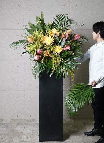 【東京・大阪圏のみ】 フローリストにお任せ 季節のお祝いスタンド花 15,000円 スクエアタイプ